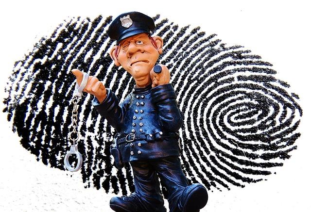 Policjant na tle odcisku palca
