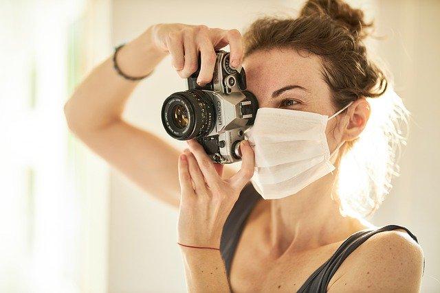 fotograf w maseczce ochronnej
